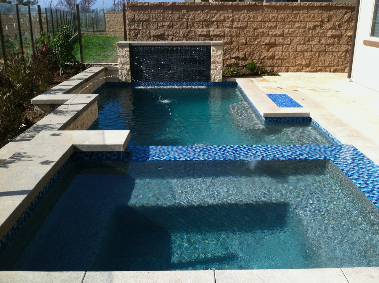 Pool And Spa In Huntington Beach With Infinity Edge By Aquanetic Pools